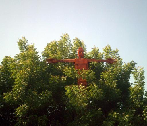 Épouvantail rouge dans les arbres