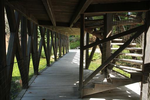 Escalier du pont à double étage du Clos Lucé