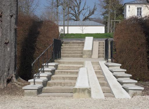 Escaliers avec voies d'accès pour les poussettes