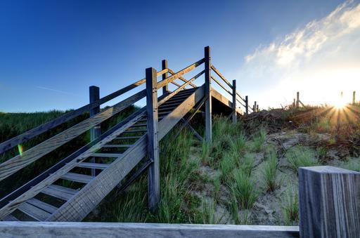 Escaliers en bois menant à la plage