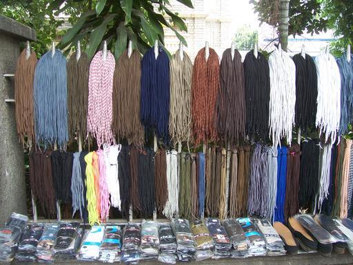Étalage de vente de lacets