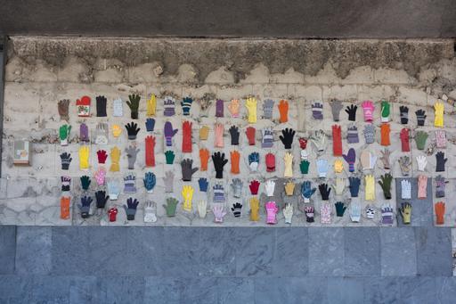 Exposition de gants sur un mur