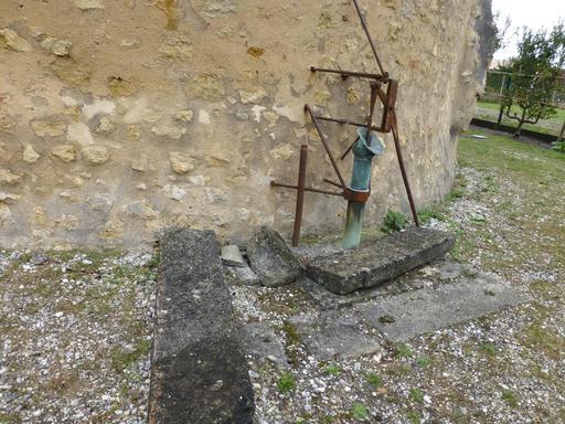 Eysines, Pompe extérieure au pigeonnier-puits