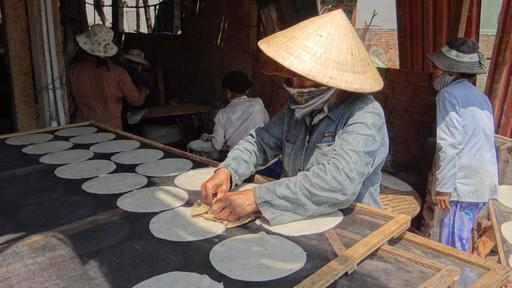 Fabrication de galettes de riz vietnamiennes