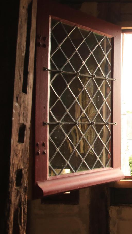 Fenêtre à croisillons à Saint-Épain, Hôtel de la Prévôté