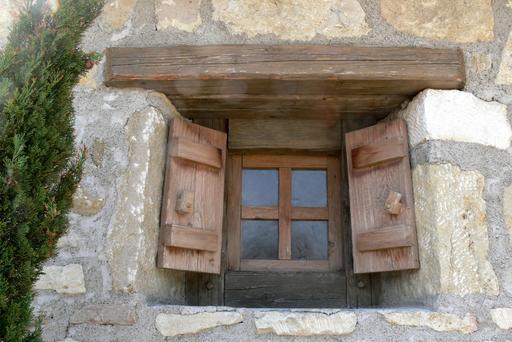 Fenêtre romaine avec volets en bois