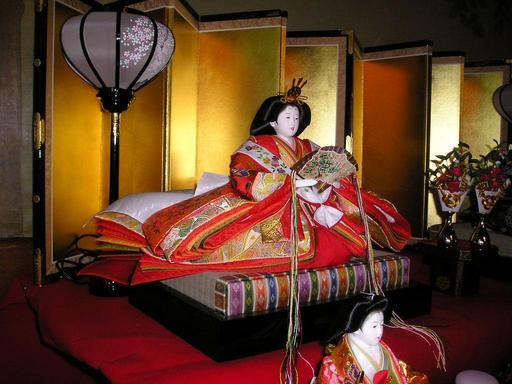 Fête des poupées au Japon, l'impératrice