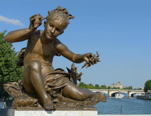 Fillette aux coquillages du pont Alexandre-III