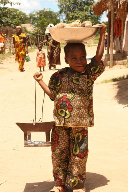 Fillette transportant du matériel au Congo