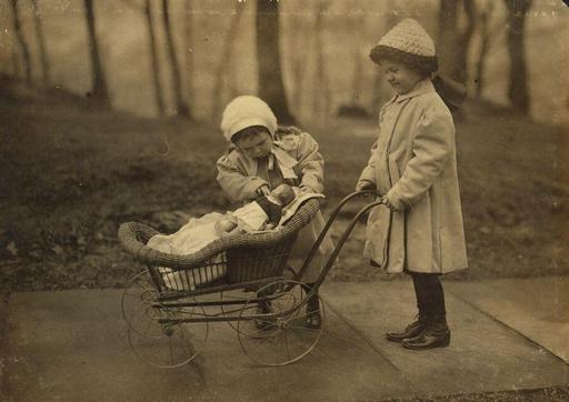 Fillettes jouant à la poupée