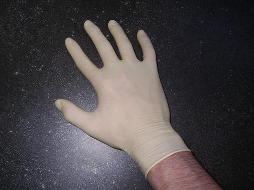 Gant en PVC enfilé à la main droite