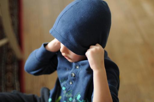 Garçon au bonnet de laine bleu
