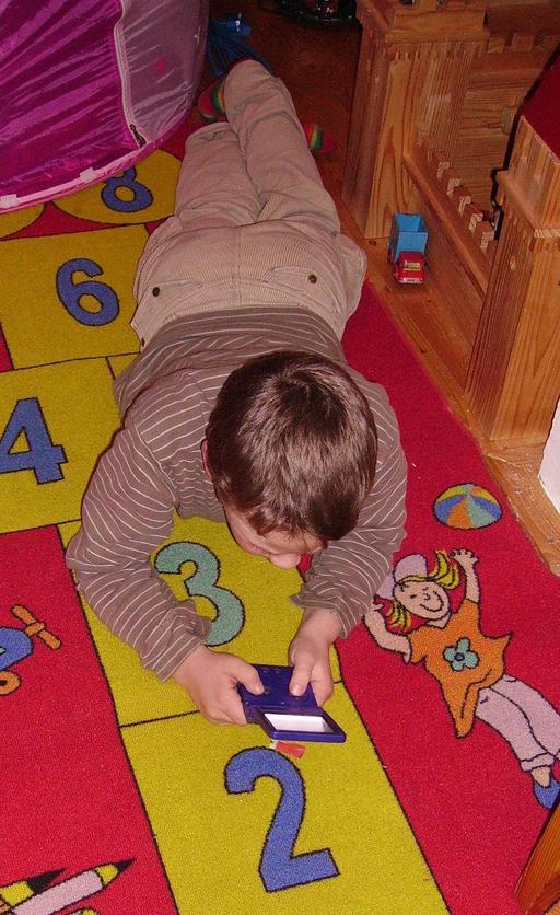 Garçon jouant aux jeux vidéo