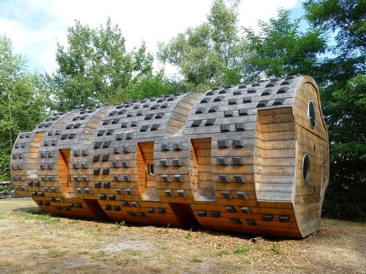 Gite du tronc creux dans le parc du Bourgailh