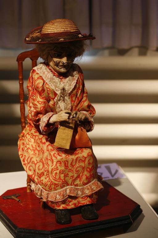Grand-mère automate tricotant