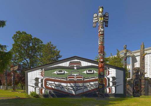 Grande maison amérindienne et ses totems