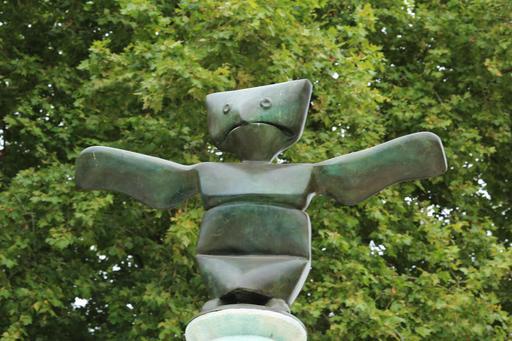 Grenouille en bronze au sommet de la Fontaine de Max Ernst