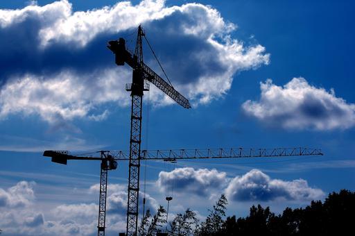 Grues sur un chantier de construction