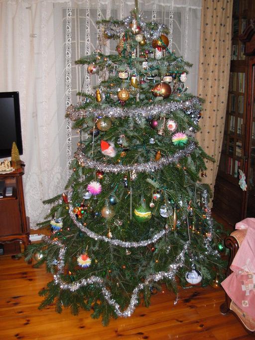 Guirlandes de Noël sur un petit sapin
