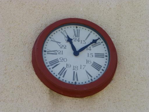 Horloge ancienne de la gare de Sabres dans les Landes