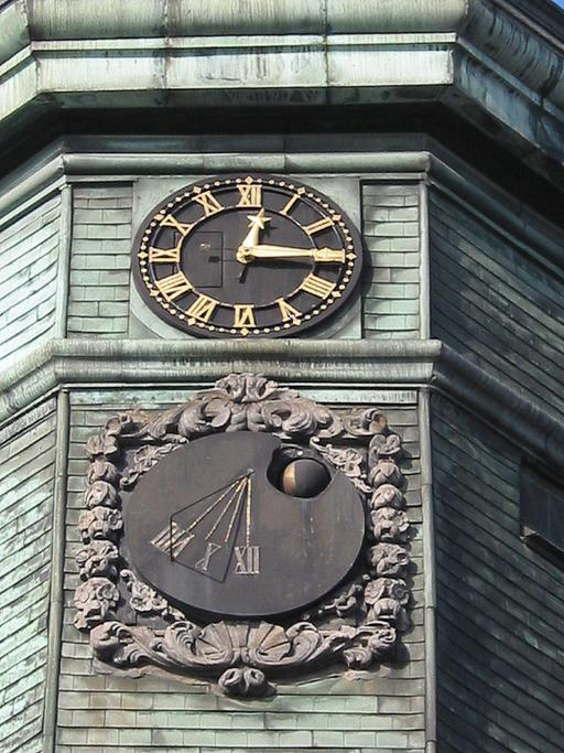 Horloge et cadran solaire du campanile de l'hôtel de ville.