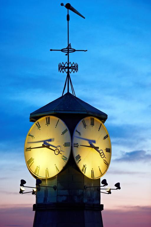 Horloges à Oslo au lever du soleil