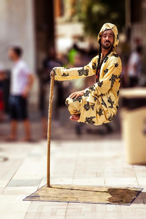 Illusionniste de rue en lévitation