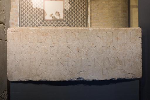 Inscription commémorant la construction d'une salle de jeu de paume