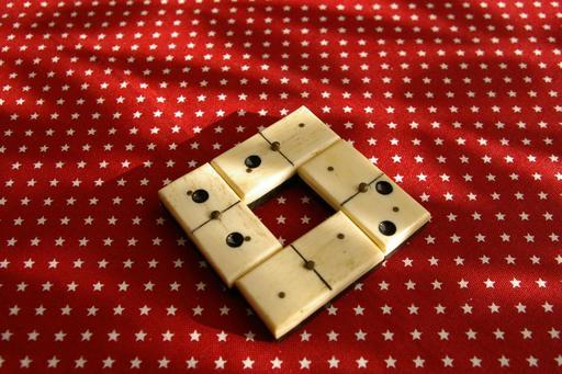 Jeu mathématique avec des dominos