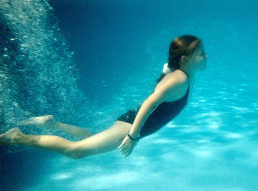 Jeune fille en maillot de bain une pièce