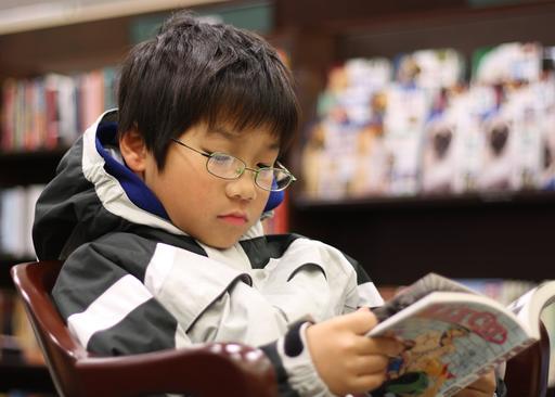 Jeune lecteur de manga