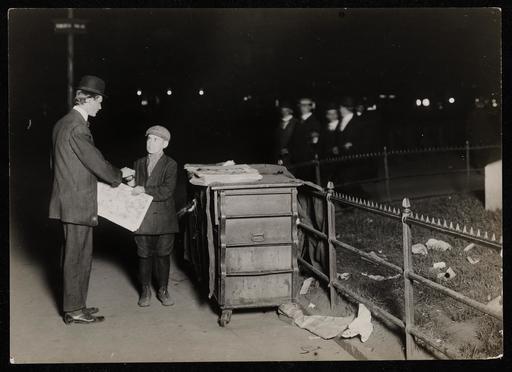 Jeune vendeur de journal de nuit en 1910