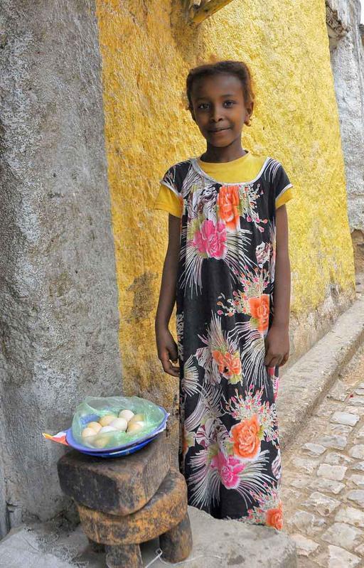 Jeune vendeuse d'oeufs en Éthiopie