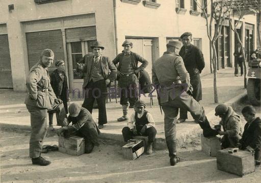 Jeunes cireurs de chaussures en Grèce