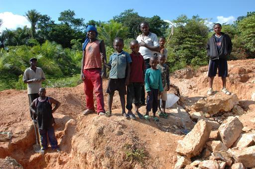 Jeunes employés dans une mine au Congo