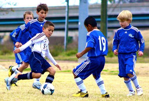 Jeunes footballers en action