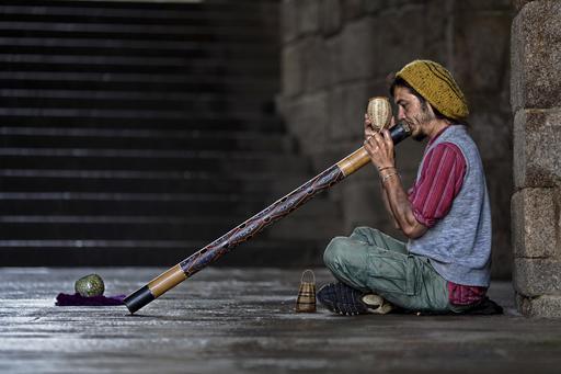 Joueur de didgeridoo dans la rue