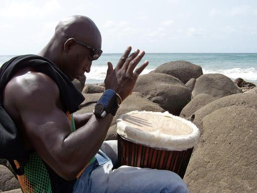 Joueur de djembé sur la plage à Dakar