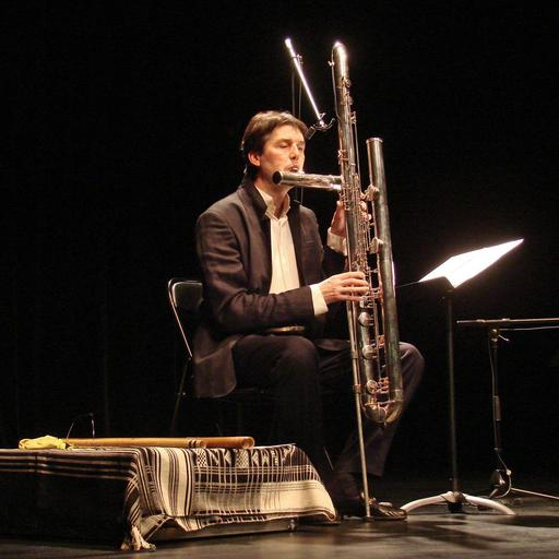 Joueur de flûte octobasse en concert