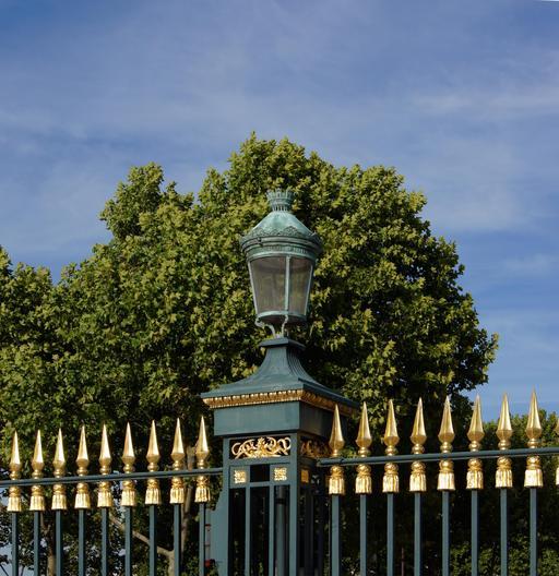 Lanterne à l'entrée du Jardin des Plantes