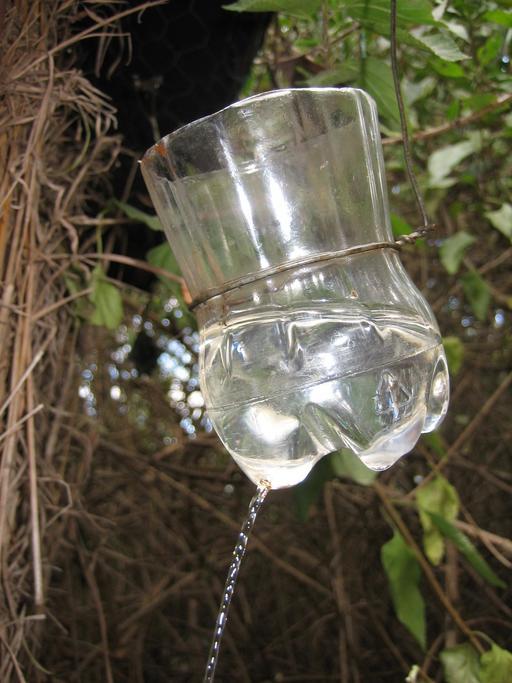 Lave-mains dans une bouteille de plastique récupérée