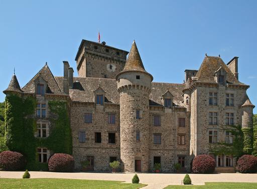 Le Château de Pesteils, sur la commune de Polminhac, dans le Cantal (France)