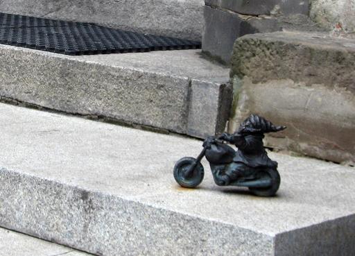 Le nain à moto