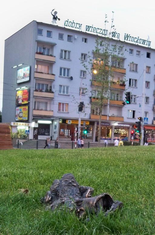 Le nain au repos devant la gare
