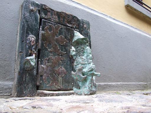 Le nain boucher devant sa porte