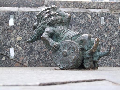 Le nain en fauteuil roulant