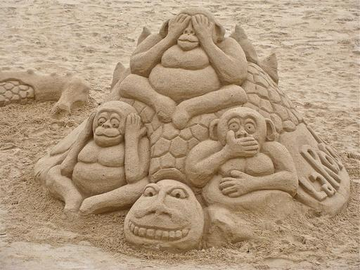 Les trois singes de la Sagesse en sable