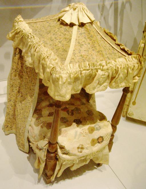 Lit de poupée anglais du dix-neuvième siècle