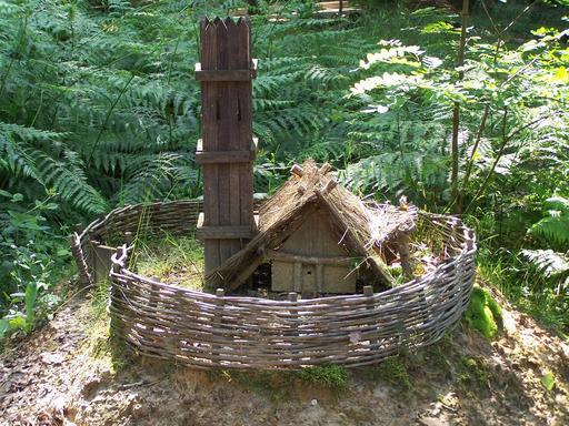 Maquette de maison fortifiée au château de Guédelon