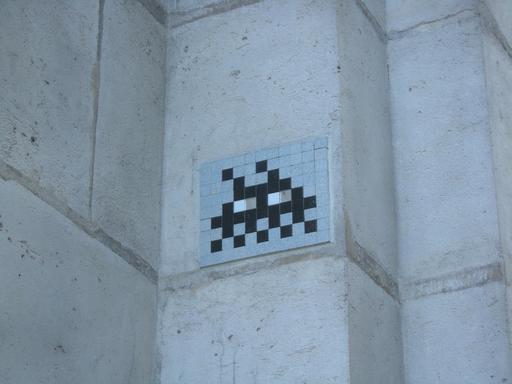 Mosaïque de Space Invader à côté de la fontaine Molière